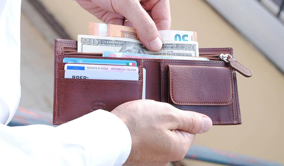 portafoglio con zip in cuoio